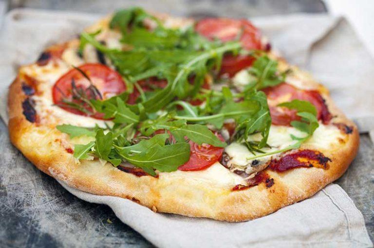 Θρεπτική και πεντανόστιμη πίτσα χαρουπιού
